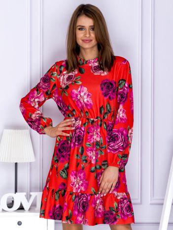 Czerwona sukienka w kolorowe kwiaty