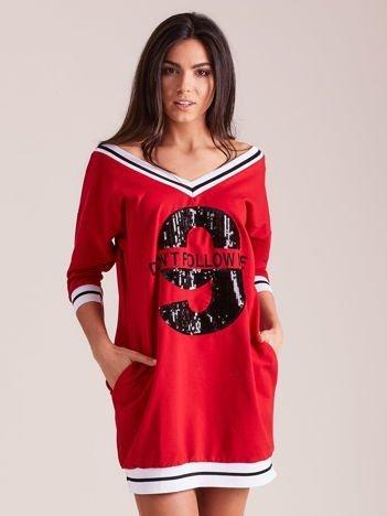 Czerwona sukienka z cekinową cyfrą