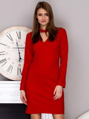Czerwona sukienka z chokerem i wycięciami na rękawach