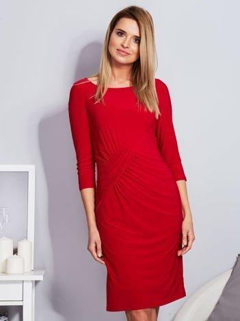 Czerwona sukienka z drapowaniem