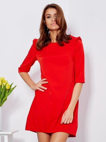 Czerwona sukienka z falbankami na ramionach
