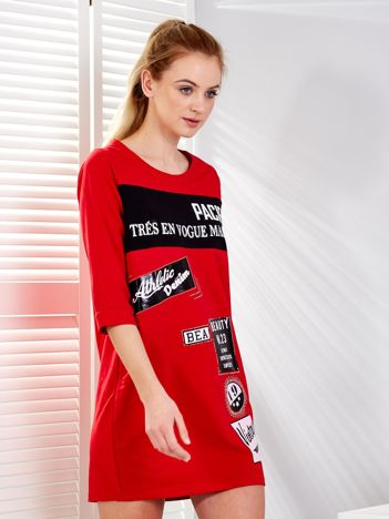 Czerwona sukienka z nadrukiem naszywek