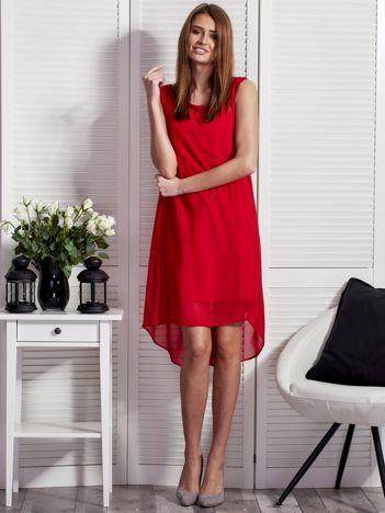 Czerwona sukienka z ozdobnym paskiem