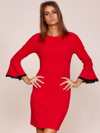 Czerwona sukienka z rozszerzanymi rękawami