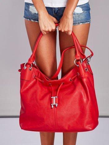 Czerwona torba ze ściągaczem