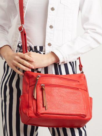 Czerwona torebka z kieszeniami