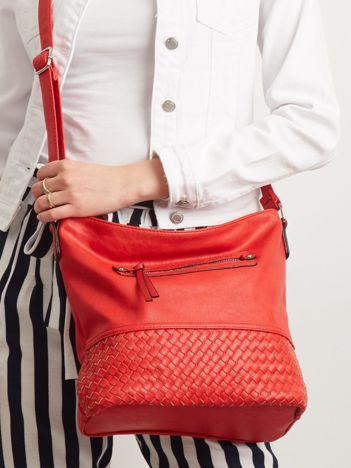 Czerwona torebka z plecionką