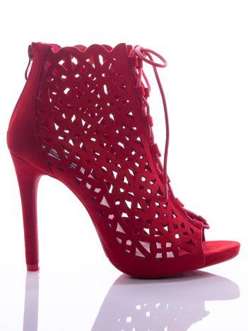Czerwone ażurowe botki z ozdobnym sznurowaniem na szpilkach