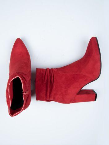 Czerwone botki Ideal Shoes z marszczoną cholewką