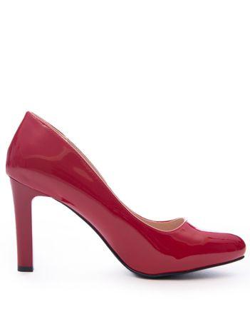 Czerwone lakierowane szpilki Sergio Leone na wysokim słupku