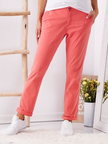 Czerwone materiałowe spodnie o prostym kroju