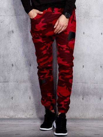Czerwone męskie joggery we wzór moro