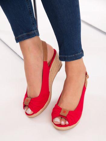 Czerwone sandały na koturnach z płótna, z ozdobnym  marszczeniem na przodzie