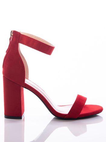 Czerwone sandały na szerokim klocku, zapinane na suwak z tyłu cholewki