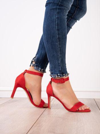 Czerwone sandały na szpilkach z kwadratową sprzączką z eco zamszu
