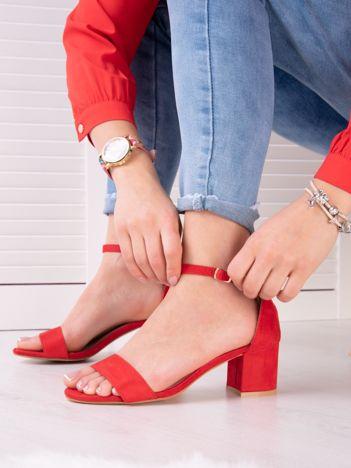 Czerwone sandały z eco zamszu na niskim klocku z zapięciem na pasek