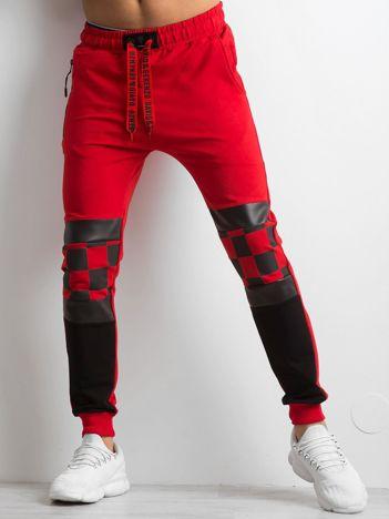 Czerwone spodnie dresowe męskie z aplikacją