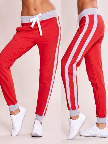 Czerwone spodnie dresowe z kieszeniami i lampasami