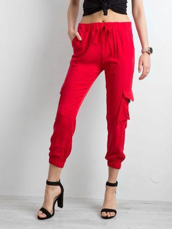 Czerwone spodnie z kieszeniami i wiązaniem