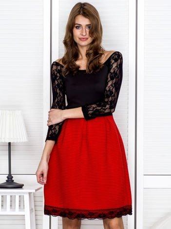 Czerwono-czarna sukienka z dołem w paski