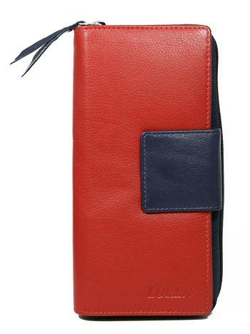 Czerwony duży portfel skórzany z granatowym wykończeniem