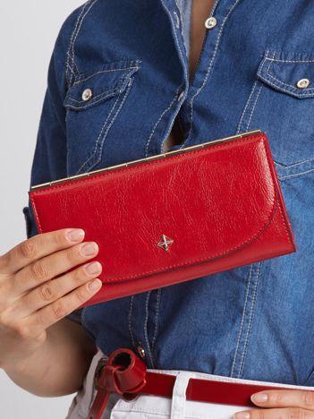 Czerwony elegancki portfel damski