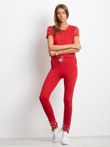 Czerwony komplet z perełkami spodnie i t-shirt