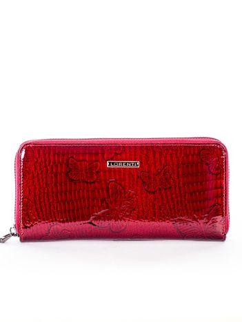 Czerwony lakierowany portfel z motylami