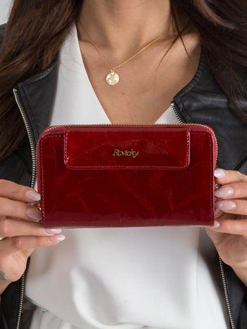 Czerwony lakierowany portfel ze skóry