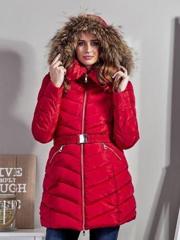 Czerwony pikowany płaszcz damski z futrzanym kołnierzem