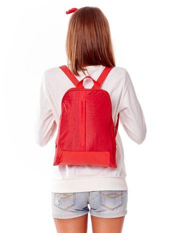 Czerwony plecak z kieszeniami