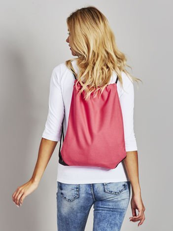 Czerwony płócienny plecak worek