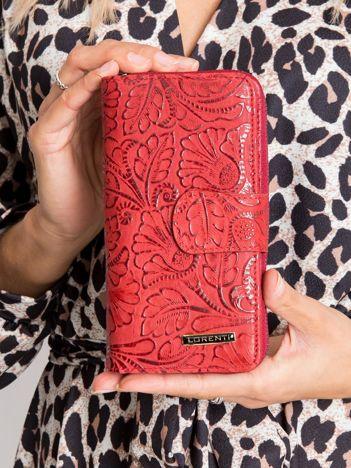 Czerwony portfel skórzany z motywem roślinnym