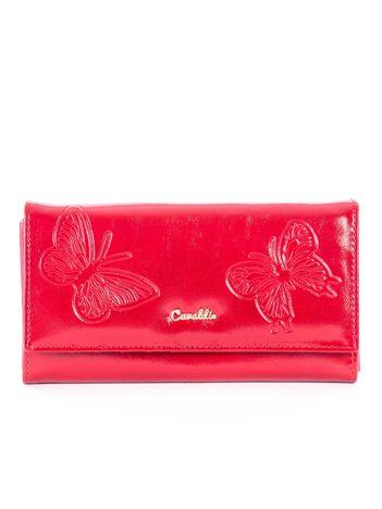 Czerwony portfel skórzany z tłoczonymi motylami