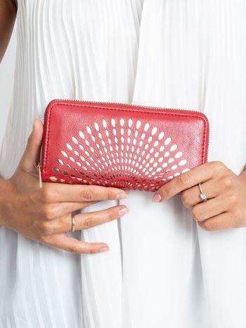 Czerwony portfel z ażurowym wzorem