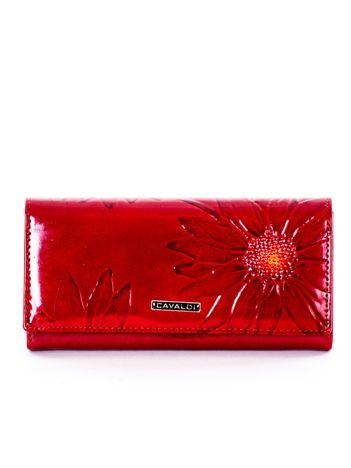 Czerwony portfel z motywem kwiatowym