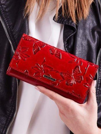 Czerwony portfel z motywem motyli