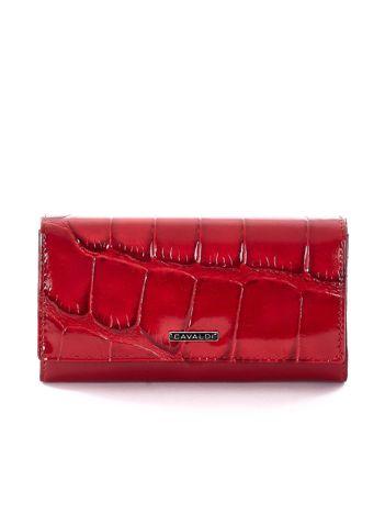 Czerwony portfel z motywem skóry zwierzęcej
