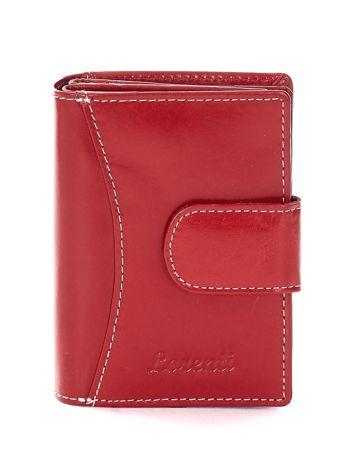 Czerwony portfel z przeszyciami