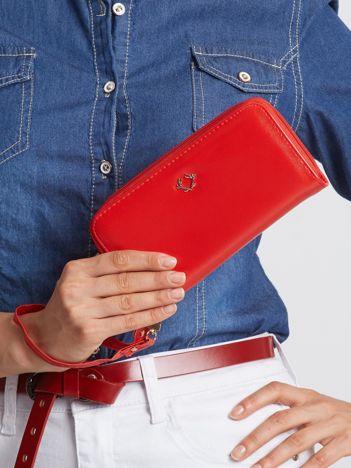Czerwony portfel z suwakiem