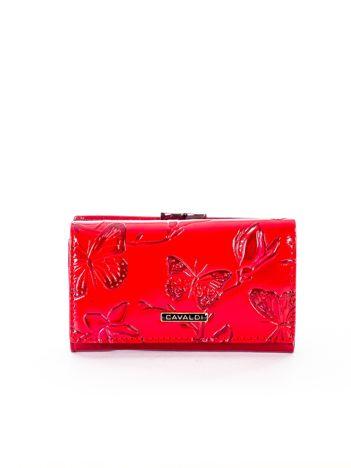 Czerwony portfel ze skóry naturalnej z tłoczonymi motylami