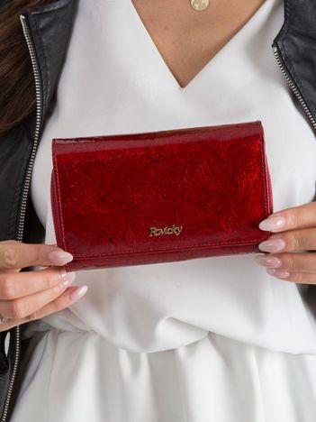 Czerwony skórzany portfel w tłoczone kwiaty