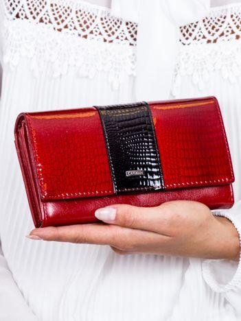 Czerwony skórzany portfel z motywem animal skin