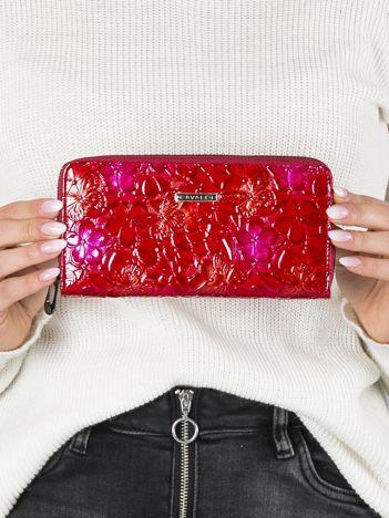 Czerwony skórzany portfel z tłoczonymi kwiatami
