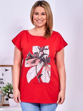 Czerwony t-shirt z roślinnym motywem PLUS SIZE