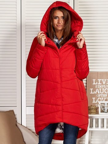 Czerwony zimowy płaszcz z broszką
