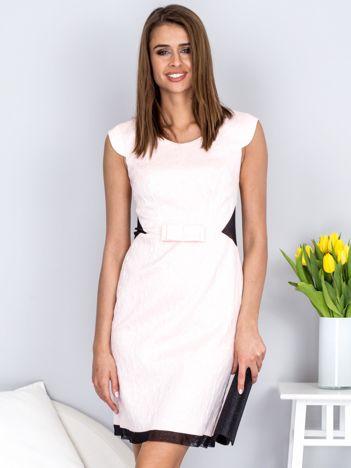 Dopasowana jasnoróżowa sukienka z fakturą w róże