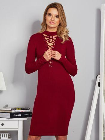 Dopasowana sukienka z chokerem i wiązaniem bordowa