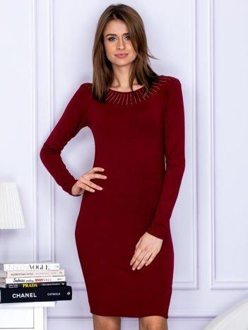 Dopasowana sukienka z dżetami przy dekolcie bordowa