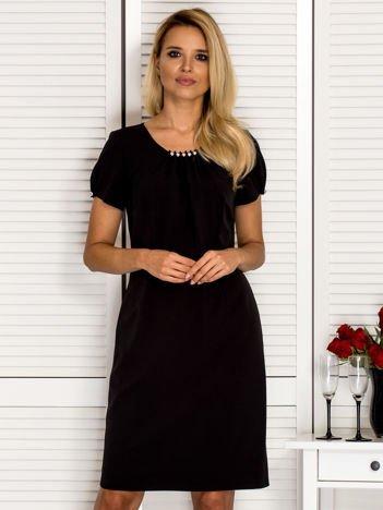 Dopasowana sukienka z ozdobnym dekoltem czarna